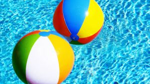 Badbollar i en pool med