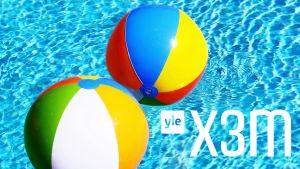 Badbollar i en pool med X3M:s logo