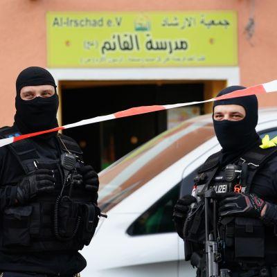 Beväpnade poliser stod utanför Al-Irshads islamiska center i Berlin på torsdag morgon. Centret misstänks ha kopplingar till Hizbollah.