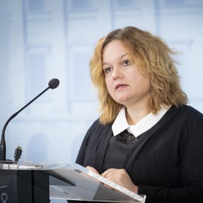 Perhe- ja peruspalveluministeri Krista Kiuru valtioneuvoston tiedotustilaisuudessa 19. maaliskuuta