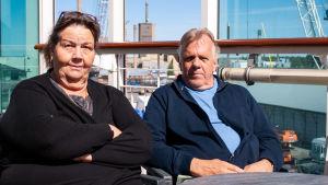 En kvinna och en man på ett fartygs soldäck.
