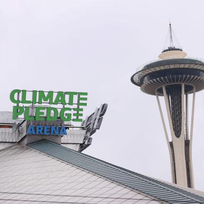 NHL-joukkue Seattle Krakenin kotihallin nimikyltti ja taustalla Seattlen tunnettu nähtävyys Space Needle.