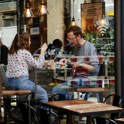 Lontoolaisia lounaalla ravintolassa toukokuussa.