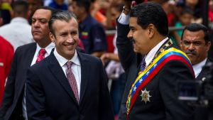 Venezuelas vice president Tareck el-Aissami skakar hand med president Nicolas Maduro.
