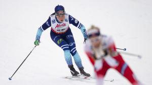 Krista Pärmäkoski åker bakom Therese Johaug.