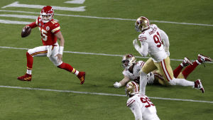 Kansas City Chiefsin pelirakentaja Patrick Mahomes juoksee karkuun vastustajilta.