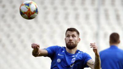 En boll kommer flygande mot Joona Toivio