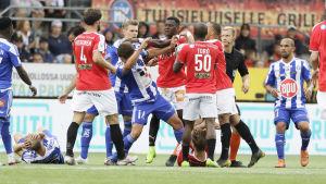 HIFK:s och HJK:s spelare strider.