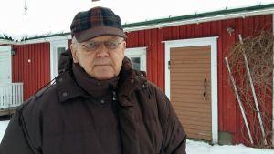 Närbild på Antti Tuuri utanför sitt hem.