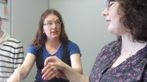 Marja Forsén demonstrerar teckenspråkstolkning för Sarah Woodward.