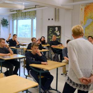 Undervisning i ett klassrum i Korsholms högstadium.