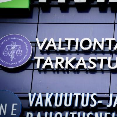 Valtiontalouden tarkastusviraston logo rakennuksen seinässä.