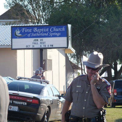 Poliser vid baptistkyrkan i Sutherland springs.