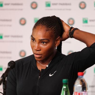 Serena Williams under presskonferansen där hon meddelade att hon drar sig ur årets Franska öppna pågrund av en bröstmuskelskada.