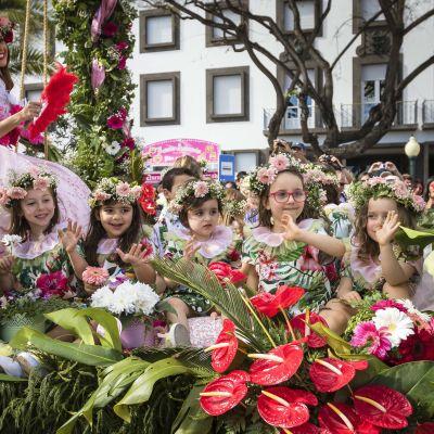 Unicefin mukaan investointi tasa-arvoon muun muassa koulutuksen osalta edistää kaikkien lasten oppimista. Kuvassa lapset juhlivat kukkaparaatilla Portugalin Madeiralla.