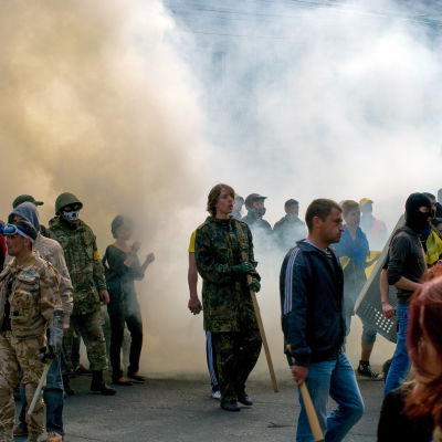 Hundratals rysk-vänliga gick till attack mot en demonstration för ett enat Ukraina i Odessa den 2 maj 2014.