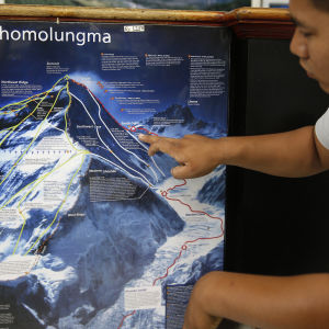 Pemba Sherpa som driver ett bergsbestigningsföretag, visar på kartan var en australisk kvinna och en holländsk man omkom förra veckan på Mount Everest