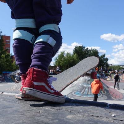 Närbild på skateboard i Söderviks skatepark