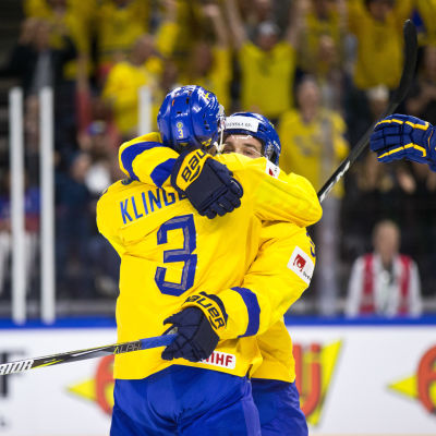 John Klingberg kramar en lagkamrat i VM 2018.
