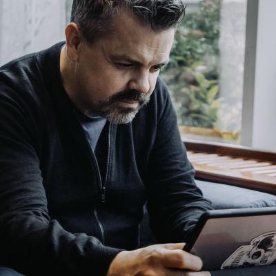Alf Rehn läser text på en ipad