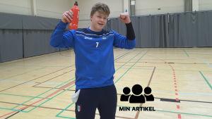 EIF:s målvakt Anton Westerlund är glad och lyfter upp händerna.