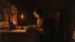 Målning av en flicka som sitter vid ett bord i skenet av ett levande ljus och läser en bok.