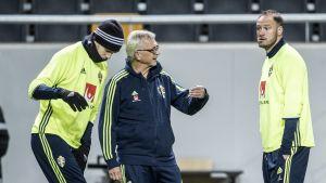 Lasse Richt diskuterar med Andreas Granqvist.