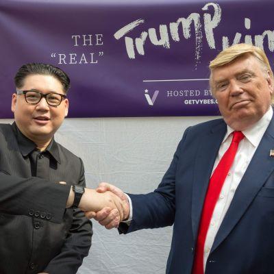 Dubbelgångare av Kim Jong-un och Donald Trump skakar hand i Singapore inför det stundande mötet mellan de riktiga ledarna.