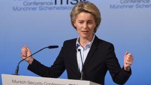 Tysklands försvarsminister Ursula von der Leyen talar i München.