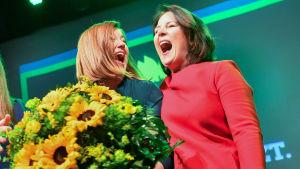 De grönas toppkandidat i Hamburg Katharina Fegebank (t.v.) jublar över resultatet tillsammans med partiordföranden Annalena Baerbock.