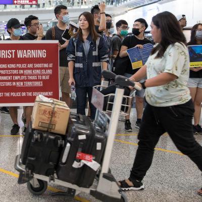 Demonstranter på Hongkongs flygplats.