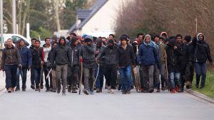 Arga migranter drabbade samman medan de köade för att få mat.