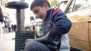 Walid putsar skor på Beiruts gator. Han har flytt till Libanon från Daraa i Syrien.