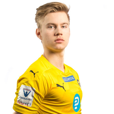 Oskari Sallinen poserar rak i ryggen och tittar in i kameran iklädd KuPS gula spelblus.