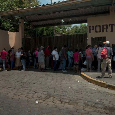Människor utanför en sjukhusport i Managua.