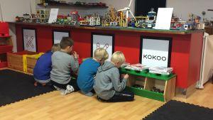 Barn som leker med lego.