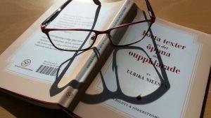 """Läsglasögon på Ulrika Nielsen bok """"Korta texter om det öppna och ouppklarade""""."""