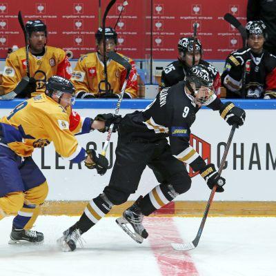Jesse Puljujärvi med pucken i den andra CHL-semifinalen.