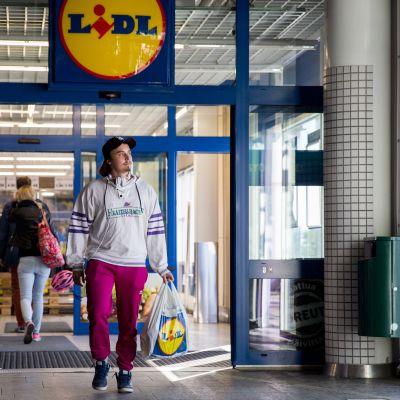 Jere Tiusanen kävi keskiviikkona ostoksilla Pasilan Lidl-myymälässä Helsingissä.