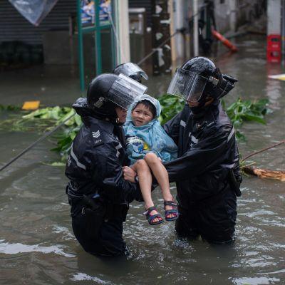 Vattennivån steg med 3,5 meter på många håll i Hongkong