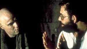 Marlon Brando och Francis Ford Coppola talar med varandra under inspelningen av Apocalypse Now