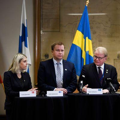 Fyra försvarsministrar och en generaldirektör på rad vid ett podium: Danmarks Trine Bramsen, Finlands Antti Kaikkonen, Sveriges Peter Hultqvist, Islands Arnór Sigurjónsson och Norges Frank Bakke-Jensen.