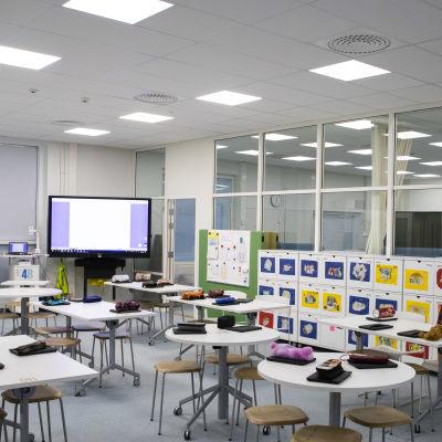 Tyhjä luokkahuone Hämeenlinna nummen koululla.