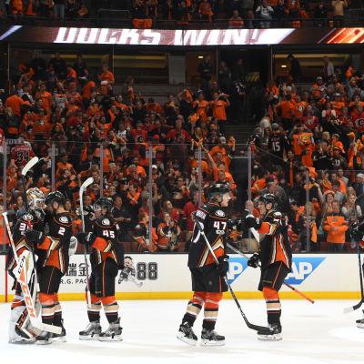 Anaheim Ducks firar seger hemma mot Calgary Flames.
