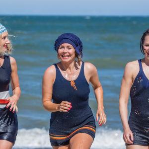 Fru Frigh, Therese Madsen och Amanda springer i strandvattnet i fjärde säsongen av Badhotellet.