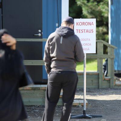 Ihmisiä jonottaa Tornion koronatestauspisteeseen.