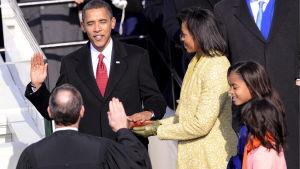 Barack Obama svär presidenteden 20.1.2009.