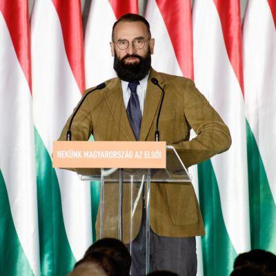 József Szájer taustallaan Unkarin lippuja.