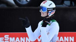 Marius Lindvik viftar med fingrarna.