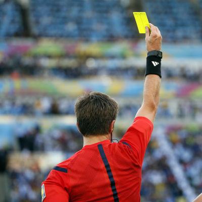 Fotbollsdomaren Nicola Rizzoli delar ut ett gult kort, VM 2014.